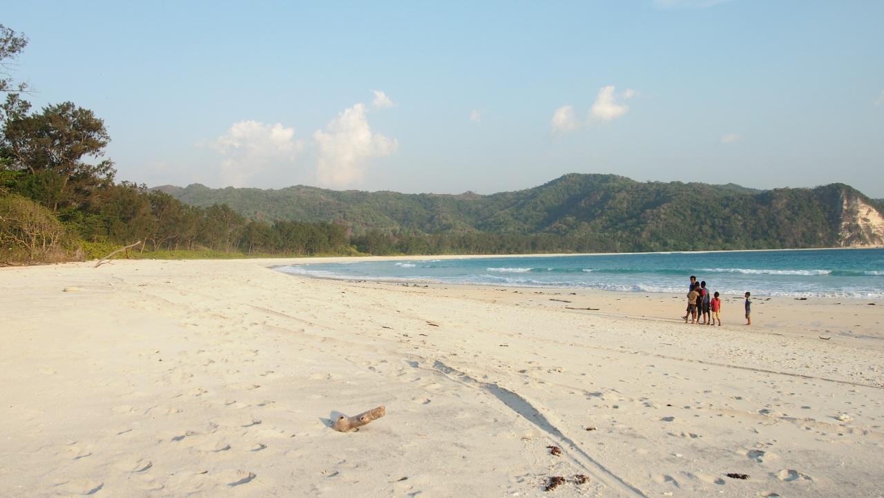 Pantai Tarimbang dengan pasir putihnya